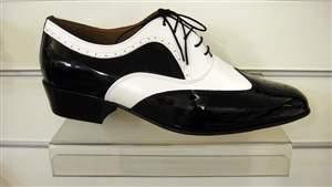 PA 1  Sapatos masculino bicolor preto e branco.